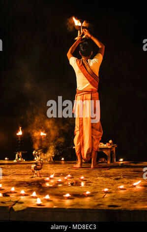 Hinduismus: Ganga Aarti Puja (Abend) Zeremonie in Varanasi, Indien - Stockfoto