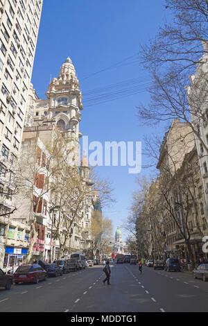BUENOS AIRES - 13 Apr 14: Mai Avenue auf Sept. 13, 2012 in Buenos Aires, Argentinien. Straße verbindet das rosa Haus mit der Kongress, die politische Achse der - Stockfoto