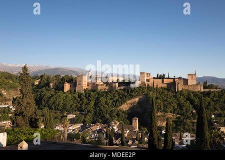 Die Alhambra und die Sierra Nevada vom Mirador de San Nicolas, Granada, Andalusien, Spanien, Europa - Stockfoto