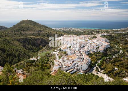 Blick auf weißen andalusischen Dorf mit Blick auf das Meer, Frigiliana, Provinz Malaga, Costa del Sol, Andalusien, Spanien, Europa - Stockfoto