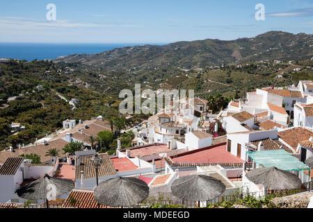 Blick auf weißen andalusischen Dorfes mit Blick auf die Berge und das Meer, Frigiliana, Provinz Malaga, Costa del Sol, Andalusien, Spanien, Europa - Stockfoto