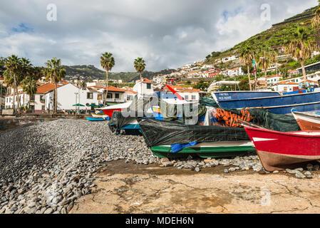 Camara de Lobos, Madeira, Portugal - Dezember 10, 2016: bunte Fischerboote am Ufer des Fischerdorf Camara de Lobos in der Nähe von Funchal, Madeira I - Stockfoto