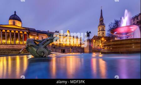 Ein abendlicher Blick über den Brunnen am Trafalgar Square, London, England