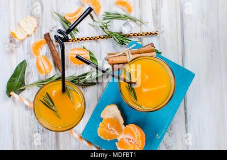 Erfrischender Cocktail mit Mandarinen, Saft und Eis in zwei Gläser auf einem weißen Hintergrund Holz, alkoholische Getränke, Kopie Raum - Stockfoto