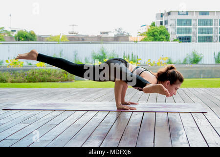 Junge Frauen yoga Pose im Park - Stockfoto