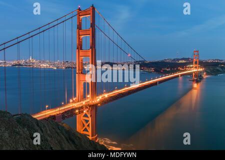 Blick auf die Golden Gate Bridge und der San Francisco Skyline von der Batterie Spencer.