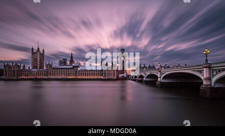 Wolken erstrecken sich über die Häuser des Parlaments, wie die Sonne. - Stockfoto