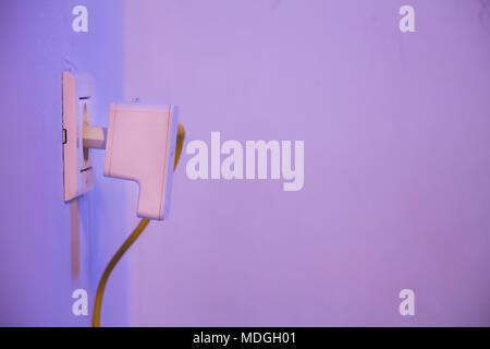 WiFi Extender in der Steckdose an der Wand mit Ethernet Kabel ...