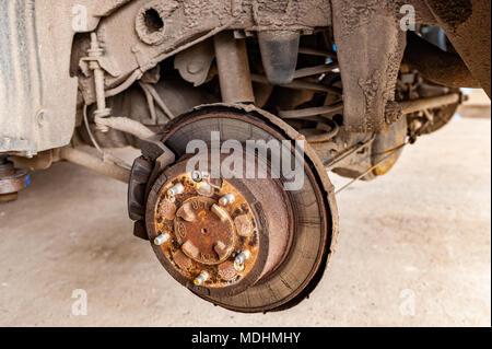 Radnabe und Bremse und Fahrwerk Montage auf einer 2004 Kia Sorento bis innerhalb einer Garage aufgebockt - Stockfoto