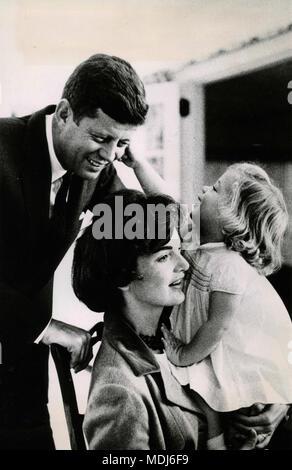 US-Präsident John F. Kennedy mit seiner Frau Jacqueline und Tochter Caroline, USA 1961 - Stockfoto