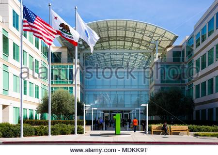 Apple Infinite Loop, Cupertino, California, United States (USA) - 30. Januar 2017: Apple stuff und Besucher vor dem Apple Welt Hauptsitz - Stockfoto