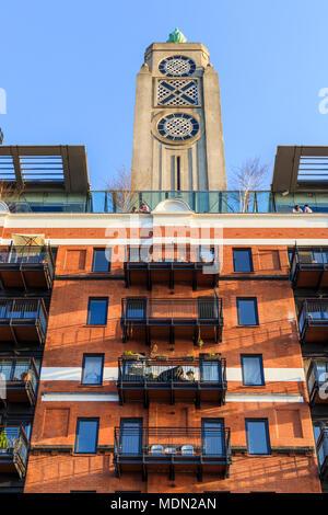 Die kultige Art-deco-OXO Tower, South Bank, Southwark, London SE1 an einem sonnigen Tag mit blauen Himmel - Stockfoto