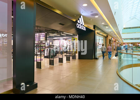 Sankt Petersburg, Russland - ca. August 2017: adidas Shop bei Galeria Shopping Center. Die adidas AG ist ein deutscher multinationaler Konzern, dass Designs - Stockfoto