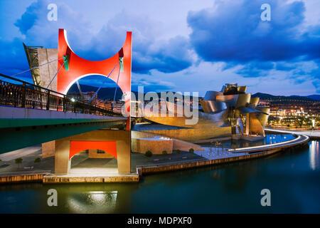 Bilbao, Spanien; Guggenheim Museum in der Dämmerung von La Salve Brücke - Stockfoto