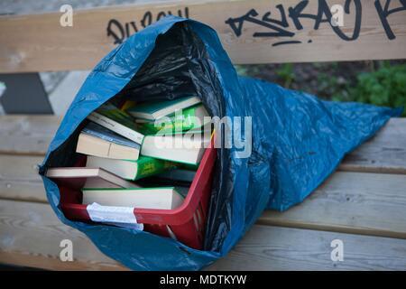 Deutschland, Berlin, Prenzlauer Berg, Oderberger Straße, Beutel der Bücher auf einer Bank, - Stockfoto