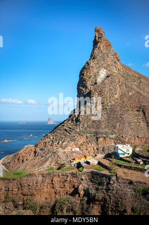 Felsen in der Nähe von taganana Dorf an Anaga Country Park auf Teneriffa. Kopieren Sie Platz im blauen Himmel. - Stockfoto