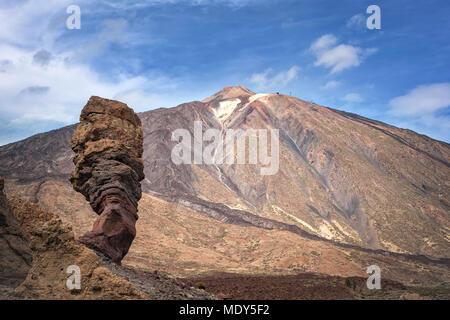 Canadas del Teide, Teneriffa, Spanien - Dezember 9, 2017: Blick auf den Finger Gottes rock und den Vulkan Teide auf Teneriffa. Kopieren Sie Platz im Himmel. - Stockfoto