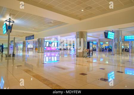 DUBAI, VAE - ca. November 2015: In Dubai International Airport. Es ist der weltweit verkehrsreichsten Flughafen im internationalen Personenverkehr. - Stockfoto