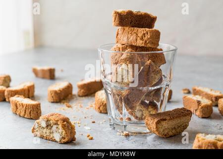 Biscotti/Cantuccini Gebäck mit Mandeln im Glas serviert. Bäckerei Vorspeise. - Stockfoto