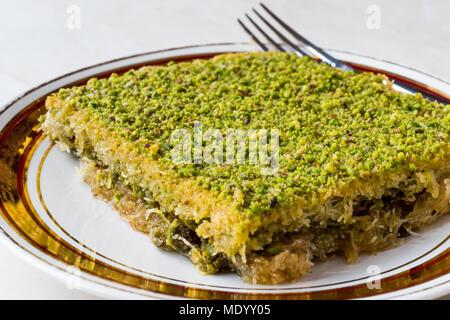 Türkische traditionelle Dessert Kadayif mit Pistazien Pulver. Dessert Konzept. - Stockfoto