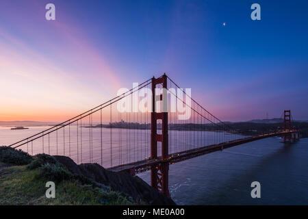 Sonnenaufgang Blick auf Alcatraz, San Francisco und die Golden Gate Bridge von der Batterie Spencer - Stockfoto
