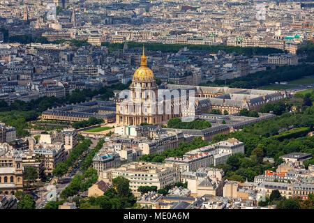 Luftbild des berühmten Les Invalides und typischen Pariser Gebäude als vom Tour Montparnasse in Paris, Frankreich. - Stockfoto