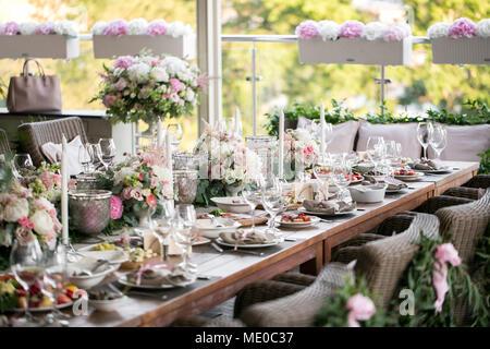 Girlande Aus Blumen Und Grun Fur Die Tischdekoration Luxus Hochzeit