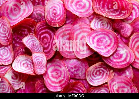Buntes Wurzelgemüse Schichten. In Scheiben geschnitten Bio chioggia Rote Rüben (Rote Beete) candy zeigen ihre leuchtend roten und weißen konzentrischen Ringen. - Stockfoto