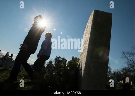 Freiwillige legen Kränze auf Grabsteinen während Kränze über Amerika an den nationalen Friedhof von Arlington, Virginia. Die Teilnehmer legten 4.000 Kränze für die Gefallenen service Mitglieder. Us Navy Foto von Mass Communication Specialist 2. Klasse Jackie Hart (Freigegeben) 171216-N-VC 236-0032 - Stockfoto