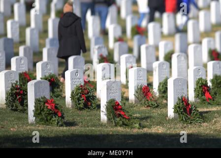 Kränze lag auf Grabsteinen während Kränze über Amerika an den nationalen Friedhof von Arlington, Virginia. Die Teilnehmer legten 4.000 Kränze für die Gefallenen service Mitglieder. Us Navy Foto von Mass Communication Specialist 2. Klasse Jackie Hart (Freigegeben) 171216-N-VC 236-0098 - Stockfoto