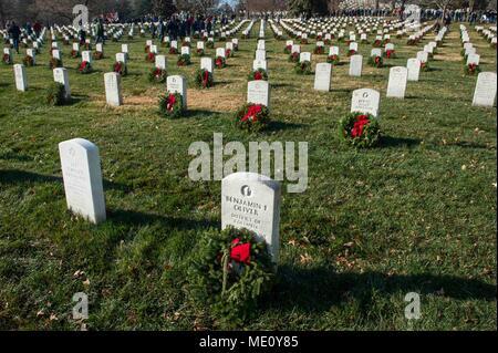 Kränze lag auf Grabsteinen während Kränze über Amerika an den nationalen Friedhof von Arlington, Virginia. Die Teilnehmer legten 4.000 Kränze für die Gefallenen service Mitglieder. Us Navy Foto von Mass Communication Specialist 2. Klasse Jackie Hart (Freigegeben) 171216-N-VC 236-0028 - Stockfoto