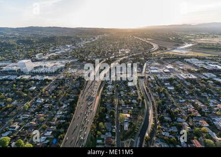 Am späten Nachmittag Luftaufnahme von Ventura 101 Autobahn in der Nähe von Sepulveda Blvd im San Fernando Valley Gegend von Los Angeles, Kalifornien. - Stockfoto