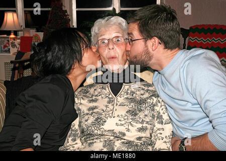Großmutter von Enkelin und Enkel geküsst. - Stockfoto