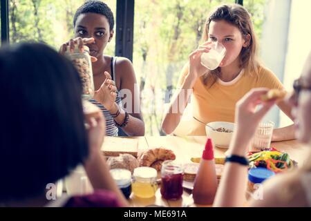 Gruppe von unterschiedlichen Frauen mit Frühstück zusammen - Stockfoto