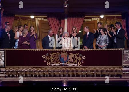 Königin Elisabeth II., von Mitgliedern der königlichen Familie umgeben, nimmt ihren Sitz in der Royal Albert Hall in London eine hochkarätig besetzte Konzert ihren 92. Geburtstag zu feiern. Stockfoto