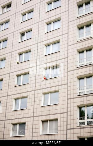 Ein roter Blumentopf auf einer sozialistischen Apartment Block auf der Karl Marx Allee Boulevard Berlin Deutschland EU. - Stockfoto