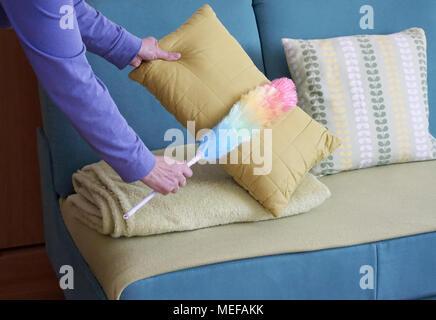 Frau Hände mit Staub Reiniger Reinigung Staub im Wohnzimmer, frühjahrsputz Haus Konzept - Stockfoto