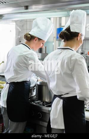 Weibliche Chefs in der Küche arbeiten - Stockfoto