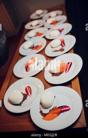 Kuchen Mousse Schokolade Pralinen, Pralinen mit Vanille Mousse apple Confit und Schokolade velor - Stockfoto