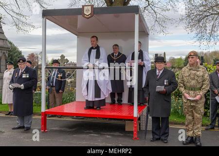 Pfr., Paul Wilson ist der Service von seinem Dais der Jahrestag der ANZAC Day - Warrington, UK, 22. April 2018 zu gedenken. Der Jahrestag der ANZAC Tag begeht am Sonntag, 22. April 2018 im Rahmen der Soldaten Ecke von Warrington Friedhof gewesen, als der stellvertretende Bürgermeister, Herr Stadtrat Karen Mundry, Kadetten von der Königin Lancashire Regiment, Warrington Meer Kadetten und viele Veteranen waren anwesend: John Hopkins/Alamy leben Nachrichten - Stockfoto