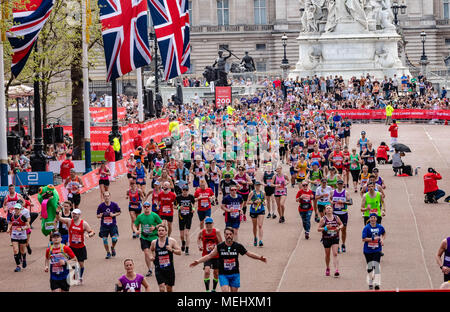 London, 22. April 2018, Konkurrenten Stream in Richtung Finish mit Buckingham Palace hinter ihnen Kredit Ian Davidson/Alamy leben Nachrichten - Stockfoto