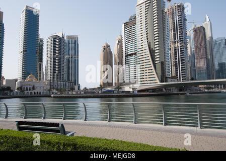 Ein Blick auf die hohen Gebäude umgebenden Dubai Marina aus dem ordentlich Gehweg - Stockfoto