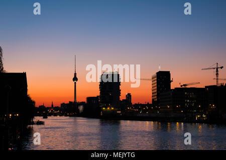 Berliner Skyline Sonnenuntergang Himmel und Fernsehturm am Spree - Stockfoto