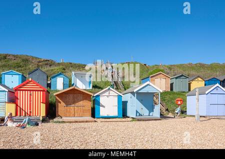 Blick auf den Strand mit bunten Holzhütten, hordle Cliff West, Lymington, Hampshire, England, Vereinigtes Königreich - Stockfoto