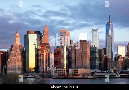 Skyline von Lower Manhattan von Brooklyn aus bei Sonnenaufgang