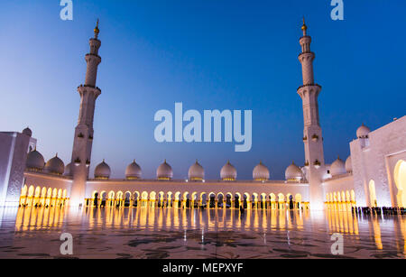 Grand Mosque in Abu Dhabi an der blauen Stunde Panoramaaussicht - Stockfoto