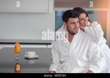 Porträt eines Mannes und seiner Frau in der Küche beim Frühstück - Stockfoto