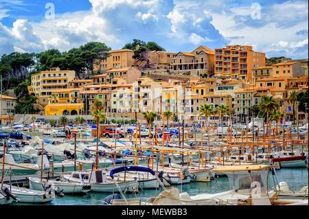 Port de Soller historische Altstadt und Hafen, einem beliebten Urlaubsort auf Mallorca, Spanien - Stockfoto