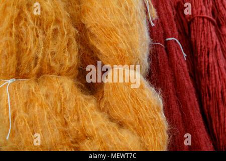 Knäuel orange und rote Wolle auf ein Einzelhändler stand auf der Yarndale, Skipton, North Yorkshire, UK. - Stockfoto
