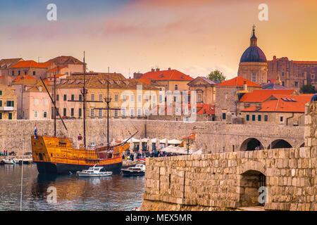 Panoramablick auf das luftbild der Altstadt von Dubrovnik, eines der bekanntesten touristischen Destinationen im Mittelmeer, bei Sonnenuntergang, Kroatien - Stockfoto